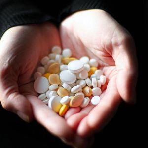 Lääkkeitä kädessä.