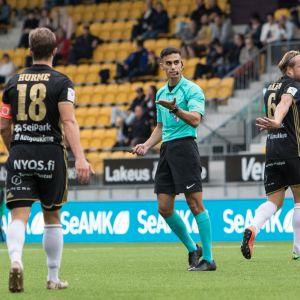 Mohammed Al-Emara opastaa pelaajia kentällä.