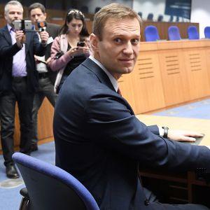 Aleksei Navalnyi toimittajien ympäröimänä Strasbourgissa torstaina.