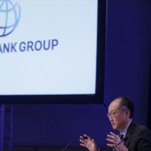 Maailmanpankin pääjohtaja Jim Yong Kim pankin logon edessä