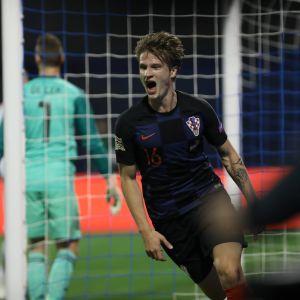 Kroatian Tin Jedvaj juhlii maalia Espanjaa vastaan.