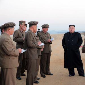 Pohjois-Korean johtaja Kim Jong-un vieraili perjantaina aseiden testausalueella. Kimin ympärillä on maan sotilashenkilöstöä.