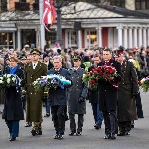Viron presidentti  Kersti Kaljulaid, Suomen presidentti Sauli Niinisto, Latvian presidentti Raimonds Vejonis ja Islannin presidentti Gudni Johannesson vievät kukkia  Vapauden muistomerkille.