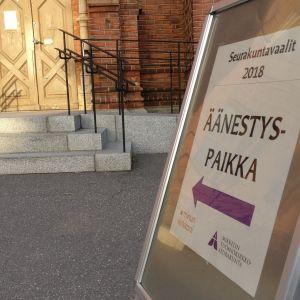 Seurakuntavaalien äänestyspaikkakyltti Mikkelin tuomiokirkon ovella.