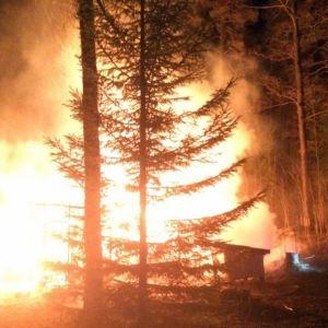 Palomies sammuttaa roihuvavaa paloa.
