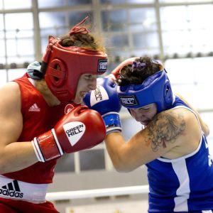 Elina Gustafsson ottelee MM-kehässä turkkilaista Sema Galiskania vastaan.
