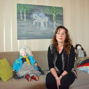 Johanna Sundvik istuu sohvalla.