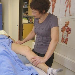 Fysioterapeutti Marianne Salonen hoitaa asiakastaan faskiat