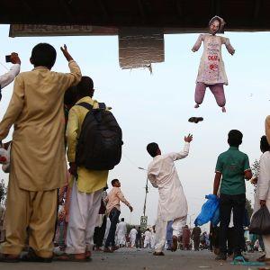 Ääri-islamistie tekemä, Asia Bibiä esittävä nukke roikkuu Karachissa 21. marraskuuta 2018.