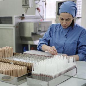Geneettisesti muunnellun insuliinin valmistusta venäläisessä lääketehtaassa.