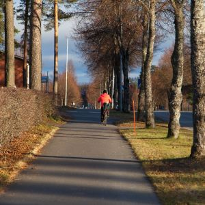 Pyöräilijä Simpeleen keskustassa