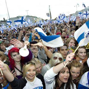 Ihmiset juhlivat Kauppatorilla.