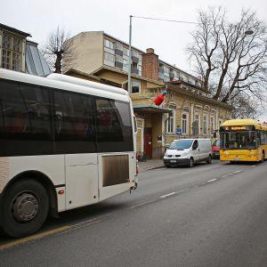 Föli-bussit ajavat Linnakatua pitkin Turussa.
