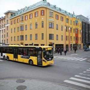 Föli-bussi kulkee Linnankadulla Turussa.