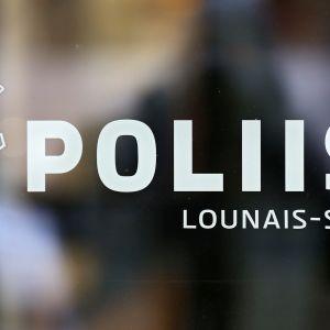 Logo Turun pääpoliisiaseman ovessa.