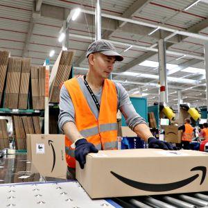 Amazonin työntekijä yhtiön logistiikka- ja jakelukeskuksessa Saksan Wernessä.