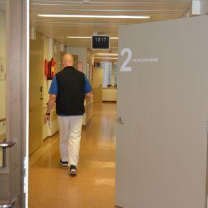 Hoitaja kävelee YLE-osaston käytävällä Vetelissä.