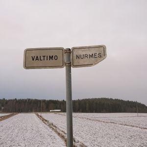 Valtimon ja Nurmeksen kuntien raja 6-tiellä.