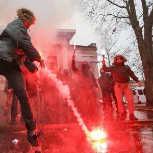 Ukrainalaiset aktivistit polttavat valosoihtuja osoittaessaan mieltään Venäjän konsulaatin edessä Harkovassa, Ukrainassa 26. marraskuuta.
