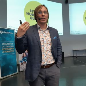 Tulevaisuusasiantuntija Mikko Dufva puhuu.