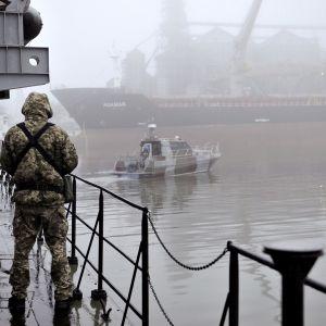Ukrainalainen sotilas seisoo vartiossa.