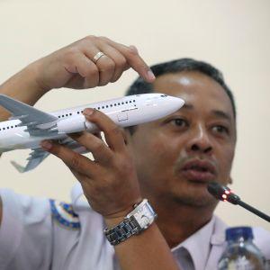 Lentoturmaa tutkineen komitean johtaja Nurcahyo Utomo selvittää koneen toimintaa tiedotustilaisuudessa Jakartassa 28. marraskuuta.