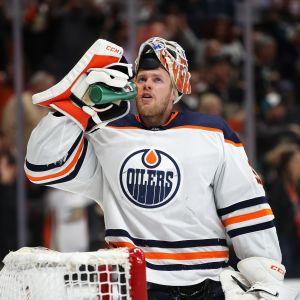Mikko Koskinen juo juomapullosta vettä Oilersin maalilla.