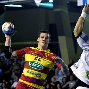 Nico Rönnberg heittää palloa.