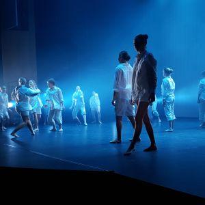 Tanssiryhmä Kajaani Dancen joulunäytöksessä.