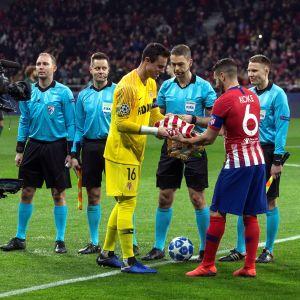 suomalaistuomari Mattias Gestranius (kesk.) tuomitsi Mestarien liigan ottelun Atletico Madrid-AS Monaco