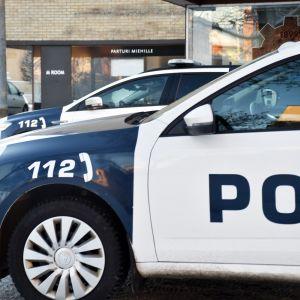 Poliisiautot pysäköitynä Porissa.