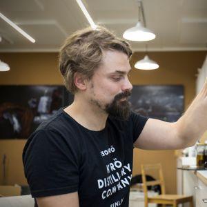 Kalle Valkonen laboratoriossa