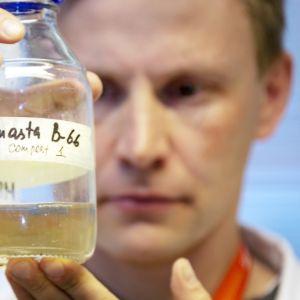 Joosu Kuivanen kehittää muovia syöviä mikrobeja.