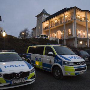 Poliisiautoja vartioimassa Johannesbergin linnan edustalla Rimbossa, jossa Jemenin rauhanneuvotteluja käydään.