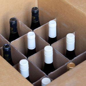 Viiniä laatikossa.