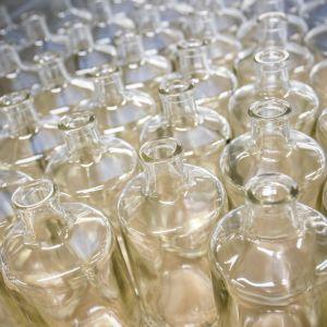 Kyrö Distilleryn tyhjiä pulloja
