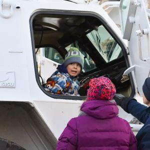Mikkeliläistä Konsta Mutasta kiinnosti monen muun lapsen tavoin päästä suuren koneen ohjaamoon.
