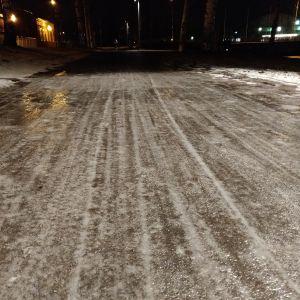 Liukas tien pinta talvella.