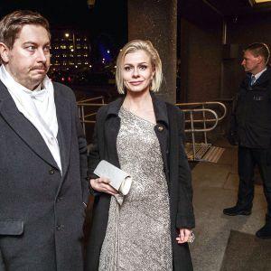 Panimo- ja virvoitusjuomateollisuusliiton uusi toimitusjohtaja Riikka Pakarinen ja puoliso Eemeli Mäkinen saapuvat itsenäisyyspäivän vastaanotolle Helsingissä 6. joulukuuta