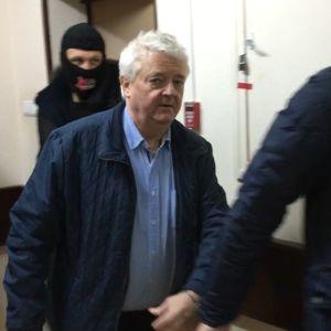 FSB:n virkailijat vievät Frode Bergiä vangitsemisoikeudenkäyntiin Moskovassa talvella 2018.