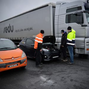 Seinäjoen Sedun logistiikan opettaja Klaus Hämeenniemi käy läpi mopoauton ajoonlähtötarkastusta opiskelijoiden Juuso Vallin ja Jiri Pihalan kanssa.