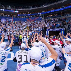 Suomi juhlii maailmanmestaruutta.