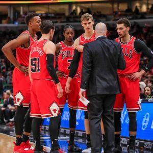 Chicago Bullsin valmentaja Jim Boylen selvittää asioita joukkueensa aloitusviisikolle, jonka hän veti yhtäaikaa kentältä Boston Celtics-ottelussa.