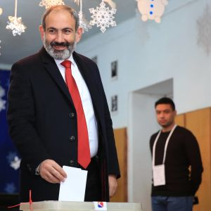 Armenian pääministeri Nikol Pashinyan äänestämässä maan pääkaupungissa Jerevanissa.