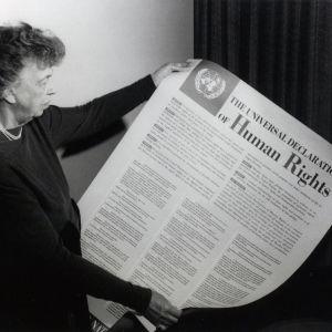 Eleanor Roosevelt esittelee YK:n ihmisoikeuskomission ihmisoikeuksien julistusta.