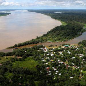 Ilmakuva Amazon-joesta Puerto Narinossa, Kolumbiassa.