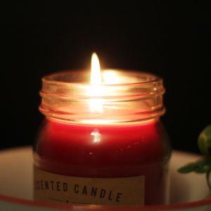 Sytytetty punainen kynttilä