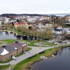 Savonlinnan kaupunkia lokakuussa 2018, maakuntamuseo etualalla.