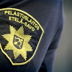 Etelä-Savon pelastuslaitoksen logo paidan hihassa.