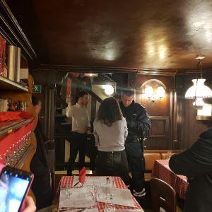 Poliisi kuulusteli ihmisiä, jotka pakenivat ravintolaan ammuskelua.